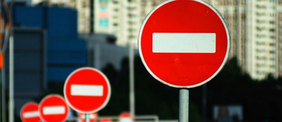 """Что грозит за проезд под """"кирпич""""? Штраф или лишение прав за проезд под знак 3.1 """"Въезд запрещен"""""""